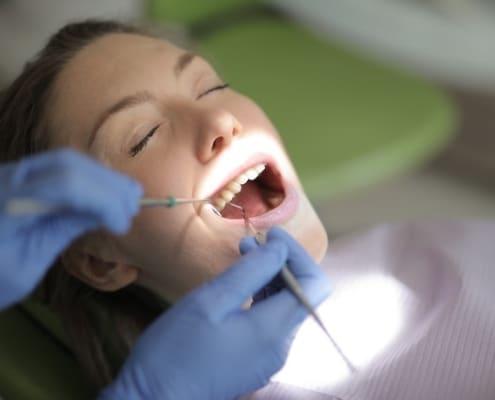 Kvinde får undersøgt mund i forhold til Invisalign og pris