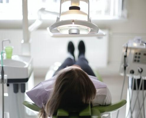 Kvindelig patient klar til konsultation om Invisalign