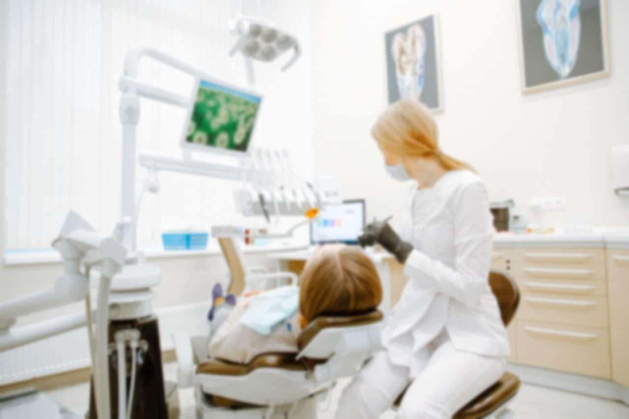 Tandlæge udfører rodbehandling eller behandler manglende tænder hos Hvidovre tandlæge