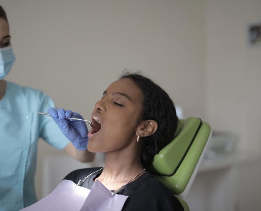 Pige til tandlæge nær Rødovre og Valby på Hvidovre Tandklinik