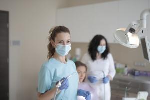 Tandlæge gør klar til konsultation af næste patient i forhold til Inman Aligner bøjlebehandling til en favorabel pris