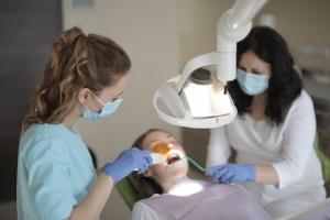 Skæve tænder i undermunden kan vi rette såvel som udføre kæbeoperation