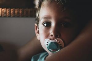 Skæve tænder kan opstå ved overdreven brug af sut hos børn